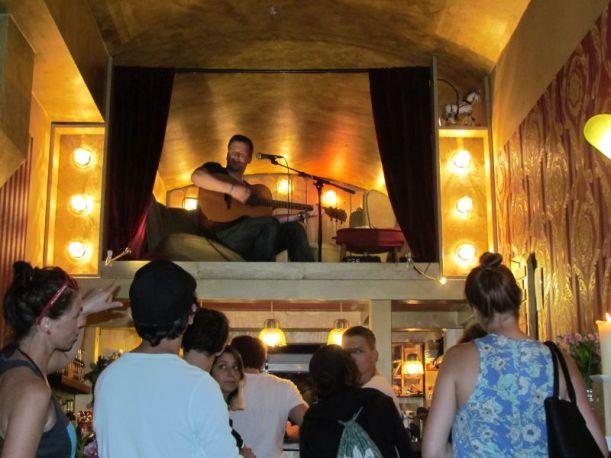 Brendan singt im Hot-Dog-Laden über der Theke