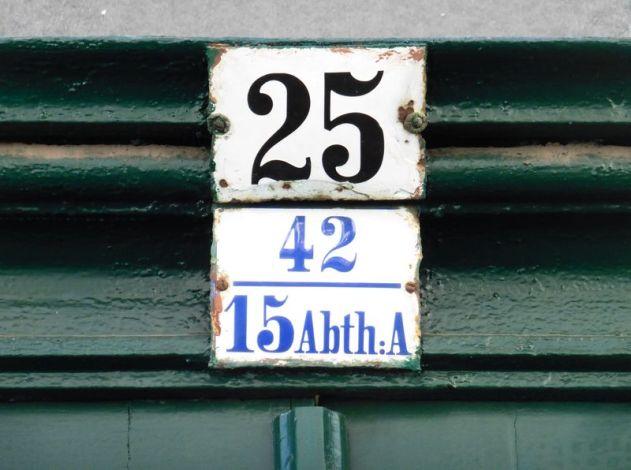 Blaue Schrift, weißes Schild, Prellerstraße