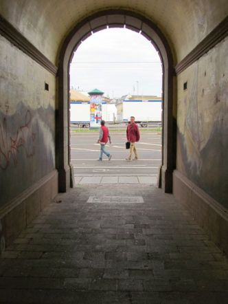 Durchgang von der Ernst-Schneller-Straße zum Leuschnerplatz