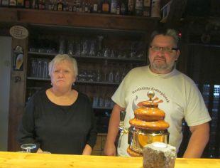 Bernd Bitterling und Frau in der Kirschbude