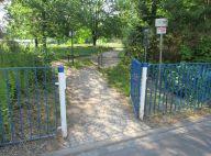 Durchgang zum Sportplatz, ggü. der Obstgarten-Stele