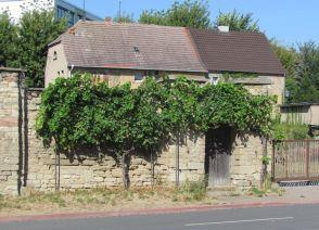 Wein und alte Mauern