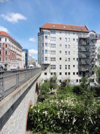 Auch ggü.: Etagen ober- und unterhalb des Straßenniveaus