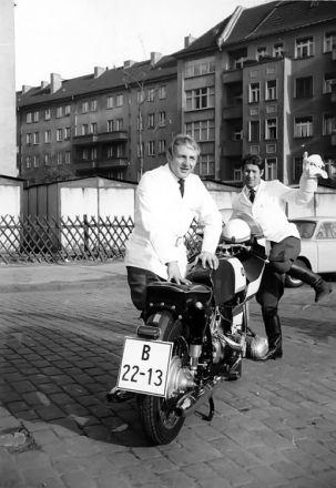 Hartmut Thaßler mit seiner BMW bei Filmarbeiten (Foto: Archiv Hartmut Thaßler)