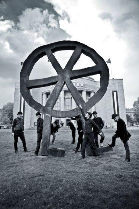 Magne & Co. vor der Volksbühne in Berlin