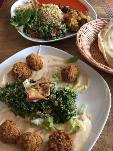 """Falafel-Teller (vorn) und """"Mutawakkel"""" im Maza Pita"""