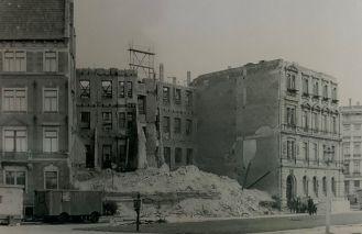 Die Lampestraße 2 (rechts, ohne Dach) nach dem Zweiten Weltkrieg