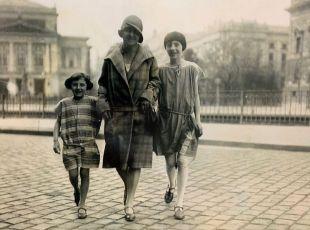 Lisa, Elsa und Pia Kiehle in den 1920ern vor dem Alten Gewandhaus