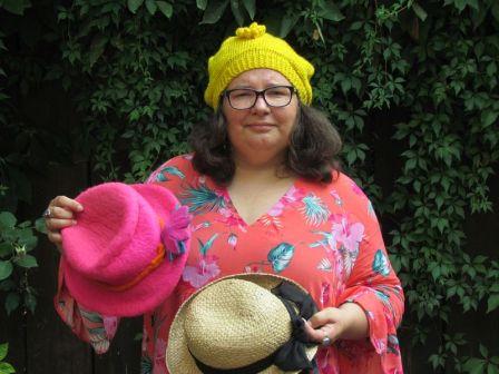 Conny und ihre Kopfbedeckungen