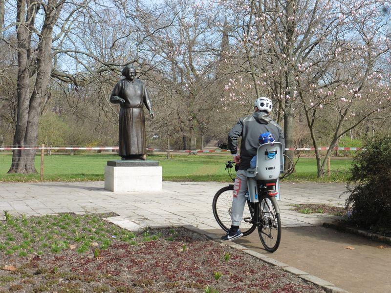 Clara-Zetkin-Denkmal am Kreisverkehr