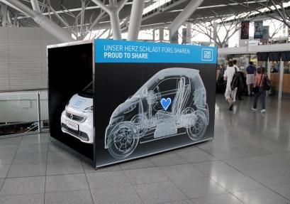 Proud to Share: Eine car2go Installation am Flughafen Stuttgart unterstreicht die Liebe zum Autoteilen.