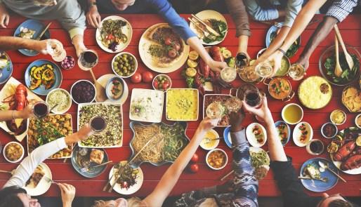 Chill & eat mit Freunden. Bildquelle: fotolia.com © rawpixelcom (#107108451)