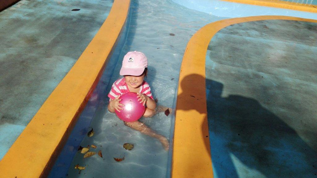 アンデルセン公園アルキメデスの泉で水遊び