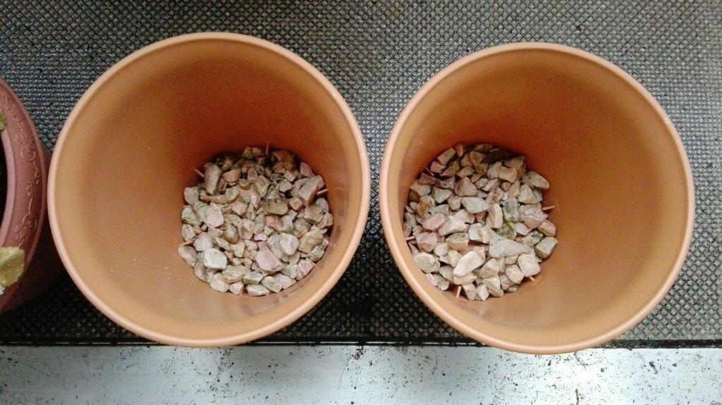 丸鉢プランターに鉢底石を入れる