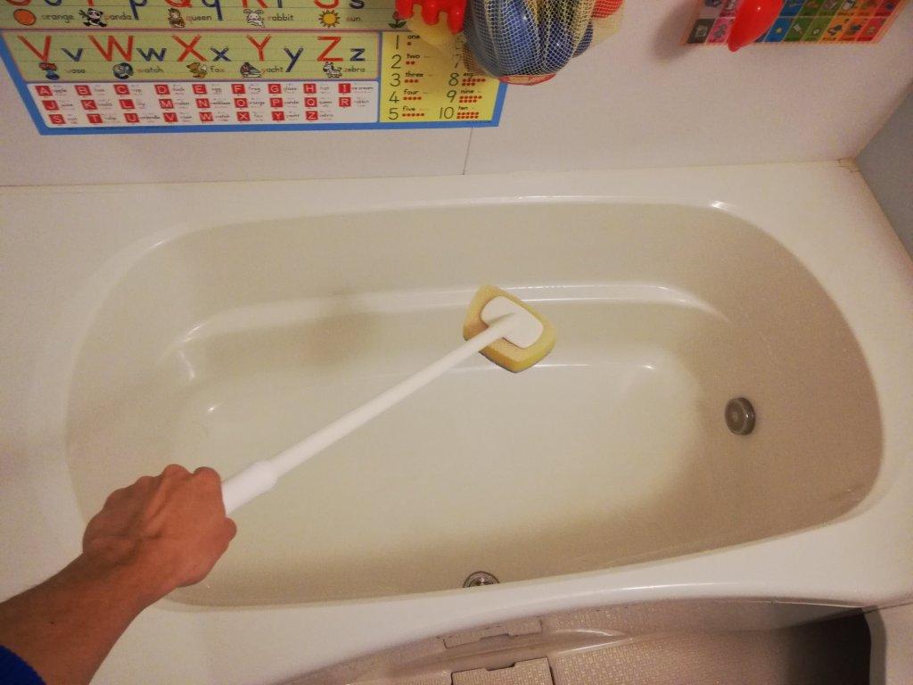 デッキ付きスポンジで風呂掃除