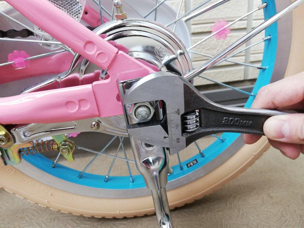マイメロ自転車の補助輪ナットを外す