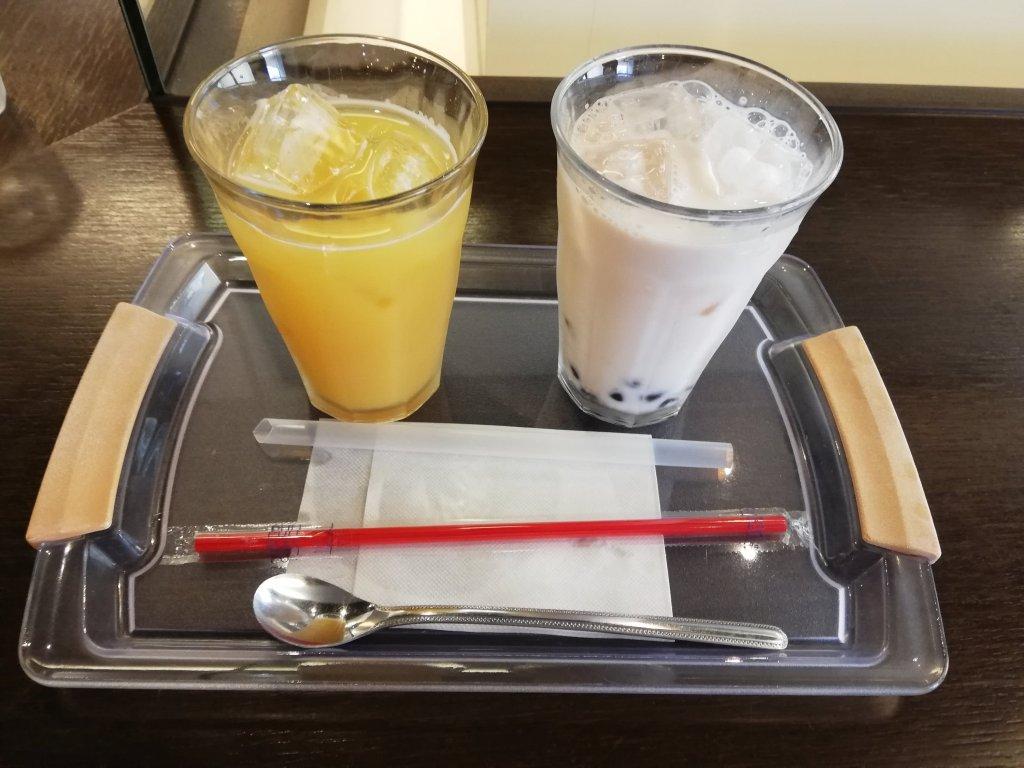 篠崎ツインプレイス3階のアルティザンのタピオカイチゴミルクとオレンジジュース