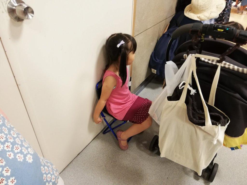 折り畳みチェアに座る子供