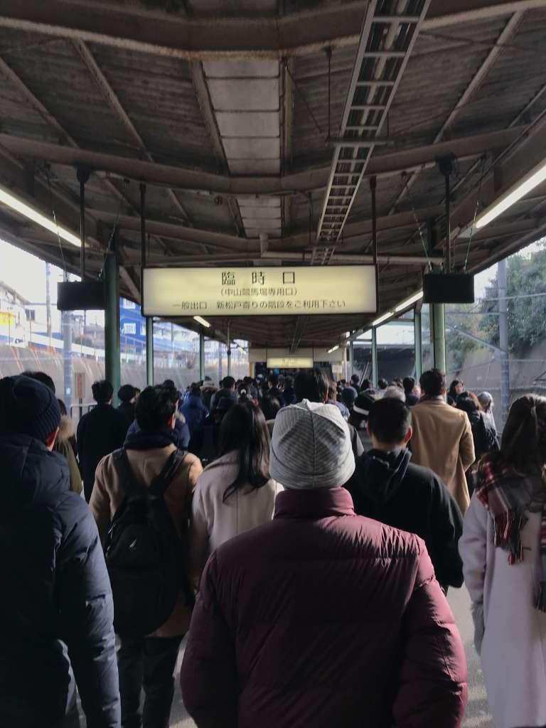 有馬記念当日の船橋法典駅の駅のホーム