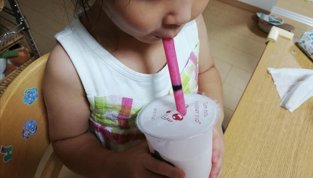 福茶一丁のタピオカいちどミルクを飲む長女