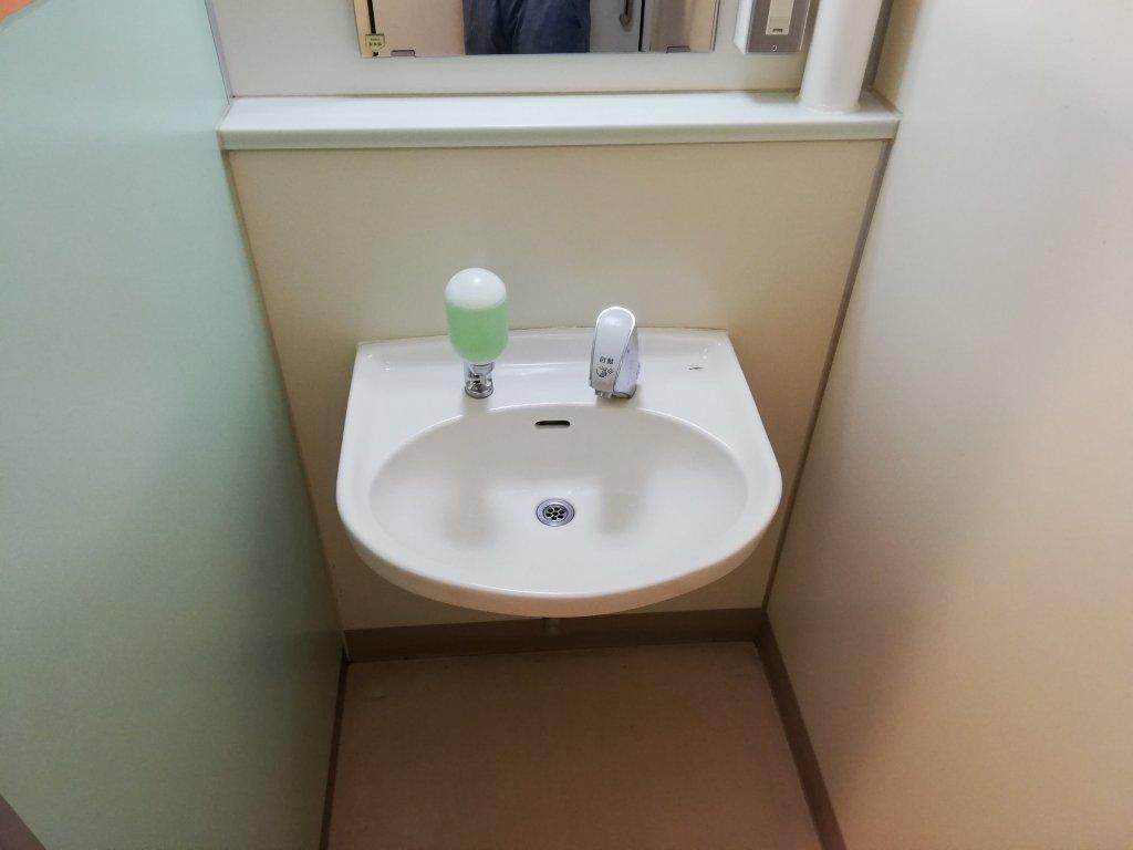 鹿骨区民館の2階のトイレの洗面台