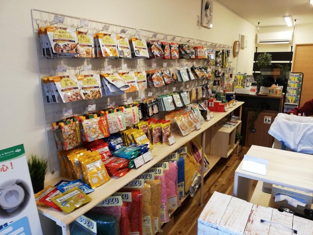 江戸川区の防災・防犯グッズショップLIFEZACKの店内に並ぶ非常食