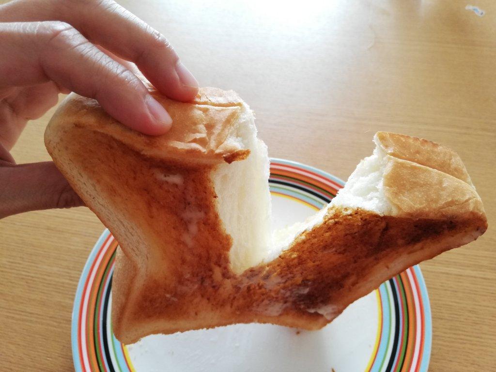 神戸屋の食パン「絹」を裂いて食べる