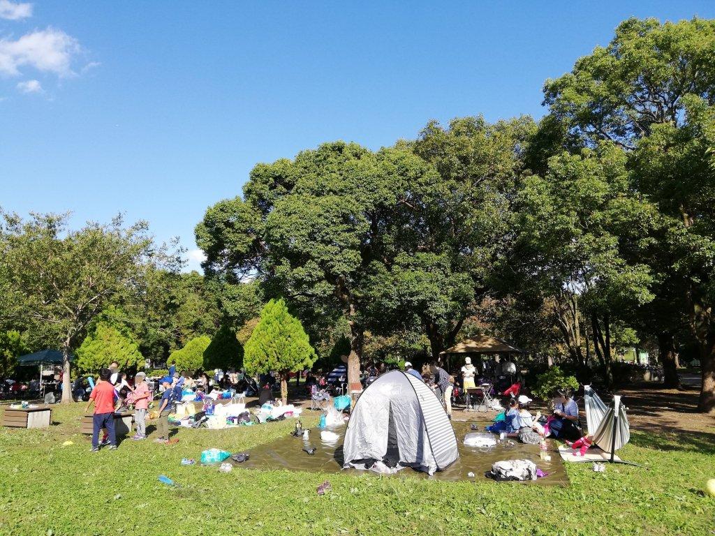 江戸川区篠崎公園でピクニックを楽しむ家族連れ