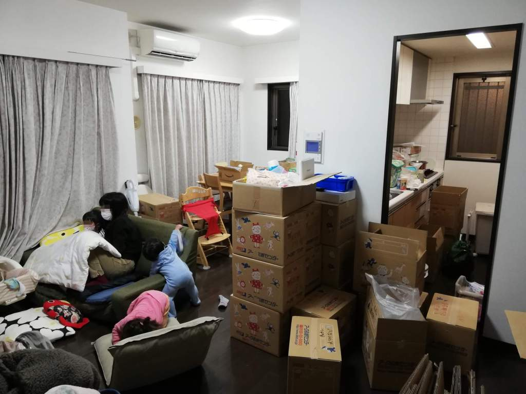 引越後の雑然とした家の中