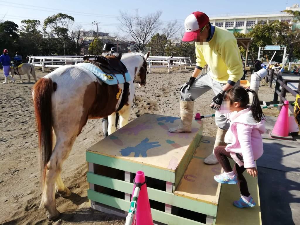 なぎさポニーランドで乗馬をする長女
