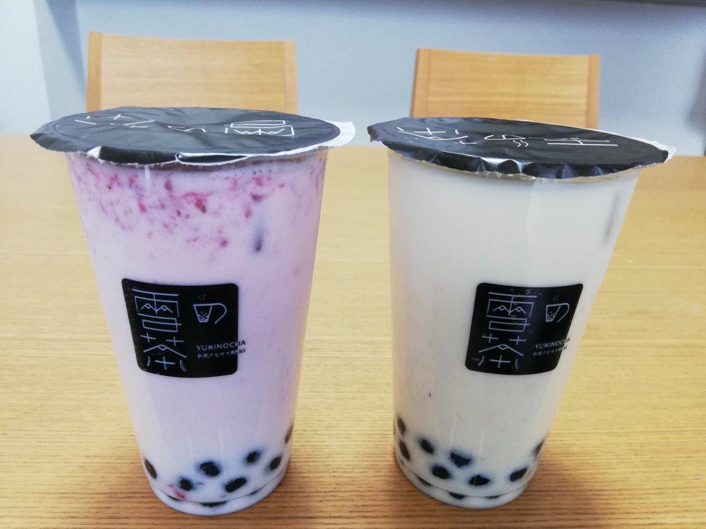 雪の茶のタピオカイチゴミルクとタピオカマンゴーミルク