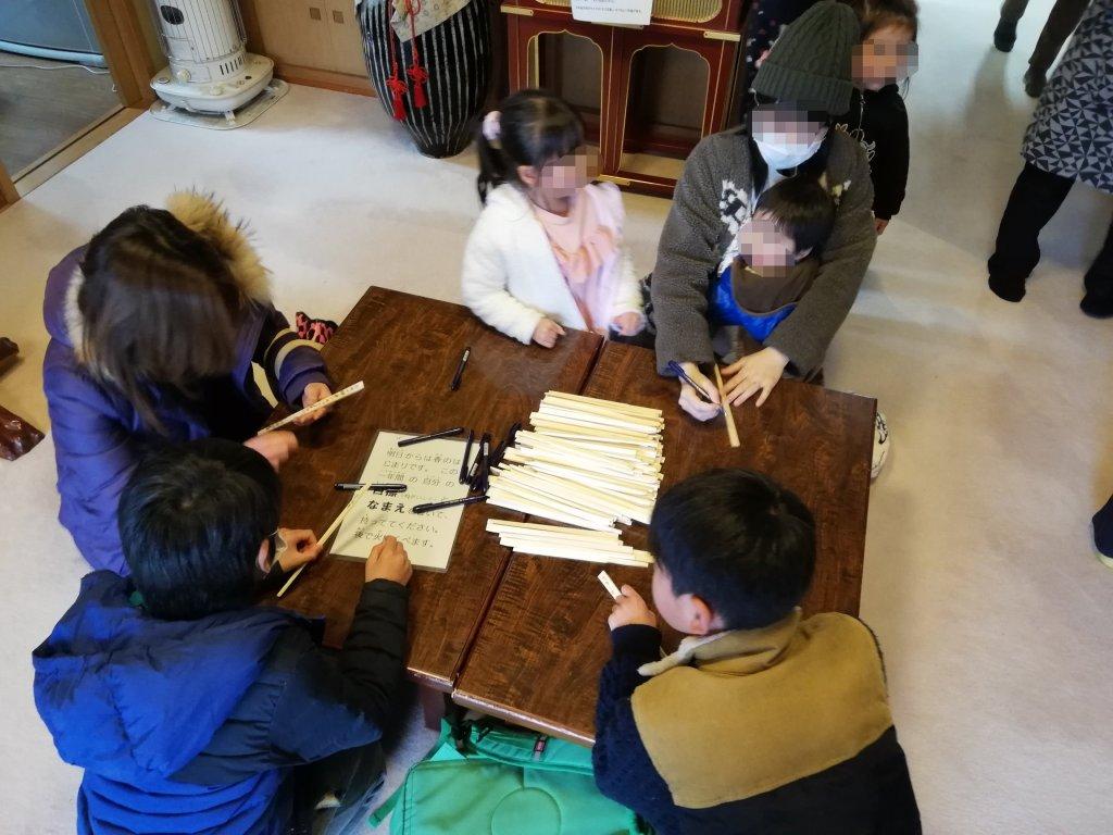江戸川区鹿骨の密蔵院で割り箸に願い事を書く江戸川区民