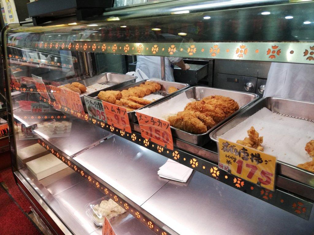 飯塚精肉店の揚げ物売り場のケース