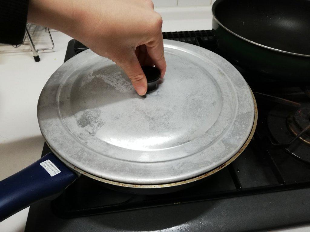 餃子を焼いているフライパンに水を入れて蓋をして蒸らすに