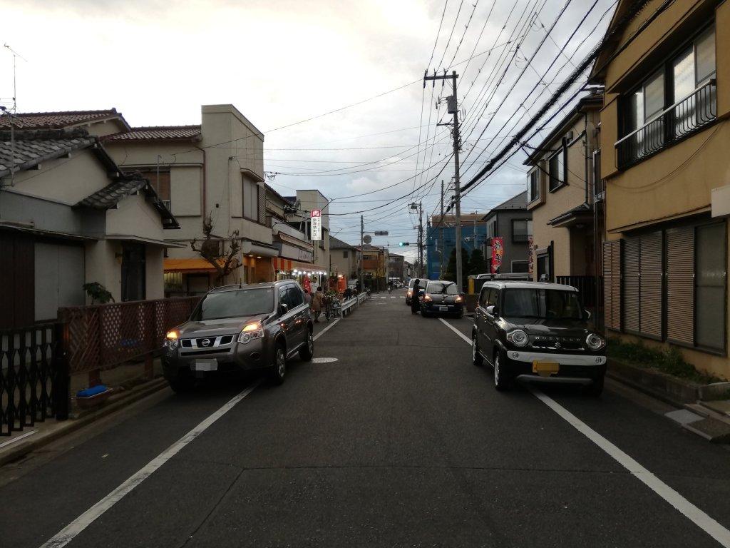 飯塚精肉店の周辺に路駐する車