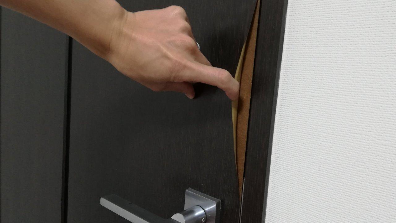 扉の木目シートの剥がれ
