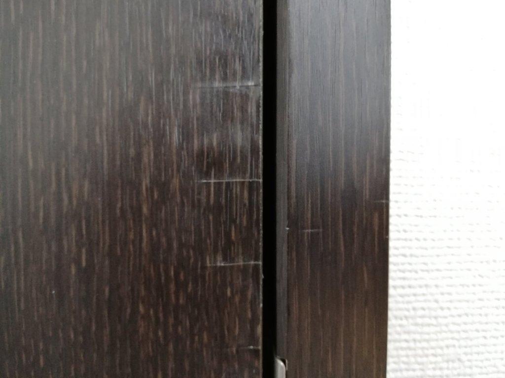 ドアの木目シートを補修した跡の切れ目が少し気になる