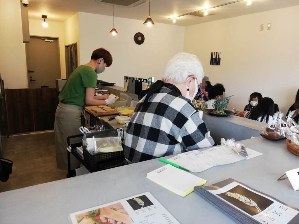 江戸川区瑞江のカフェBAKEで手際よく調理するスタッフ