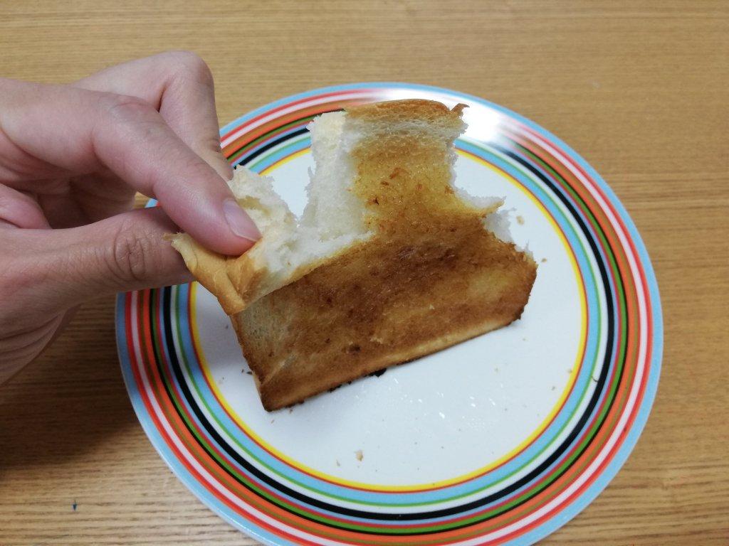 こんがりトーストしてマーガリンを塗った東京ノアレザンの焼食ナチュラル
