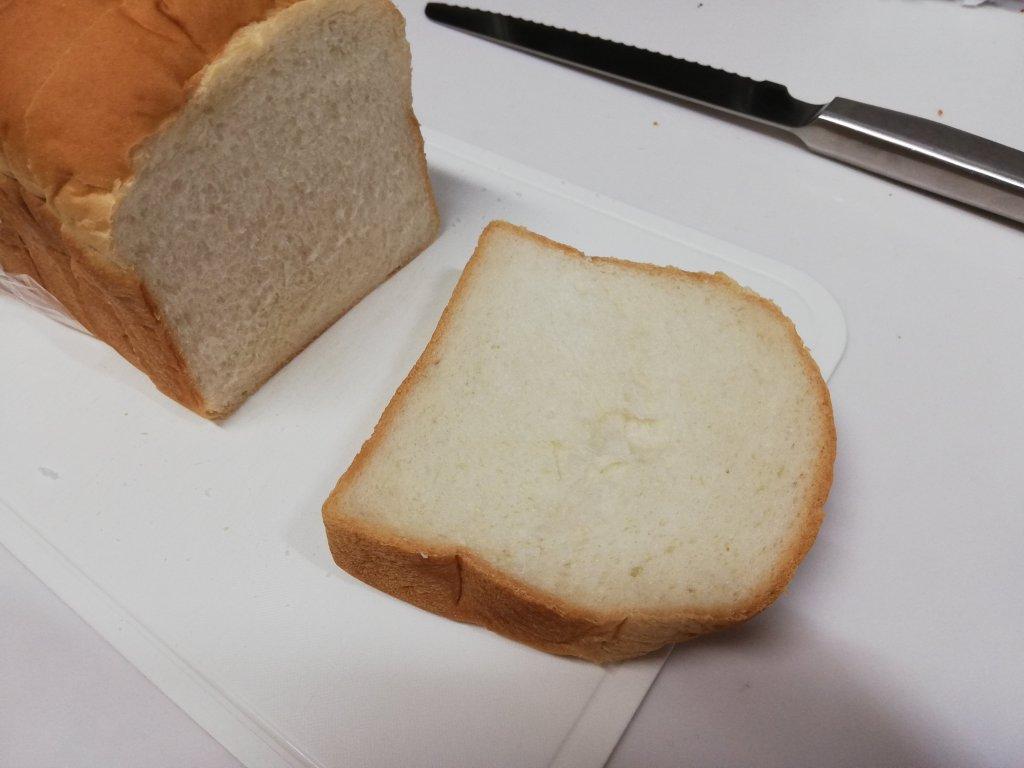 焼食ナチュラルをパン切り包丁で切る