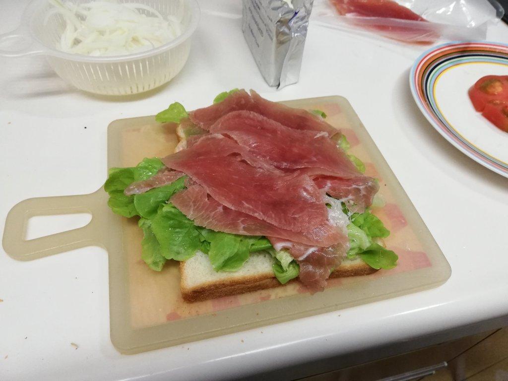 業務スーパー食材の生ハムをサンドイッチに入れる