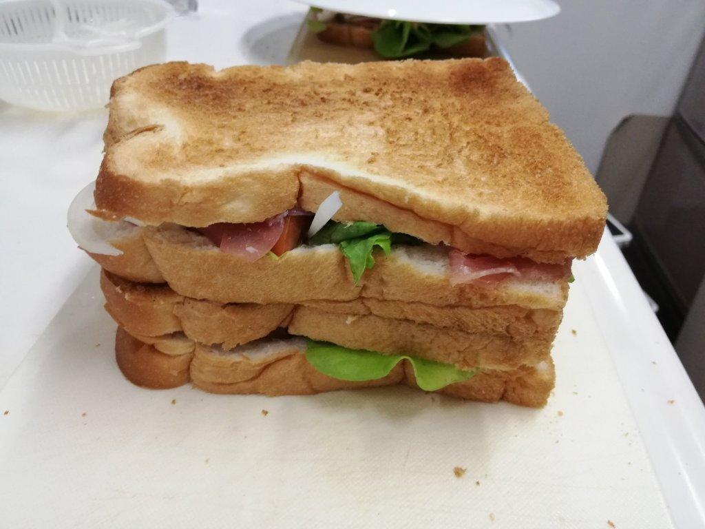 業務スーパー食材のサンドイッチを切る前