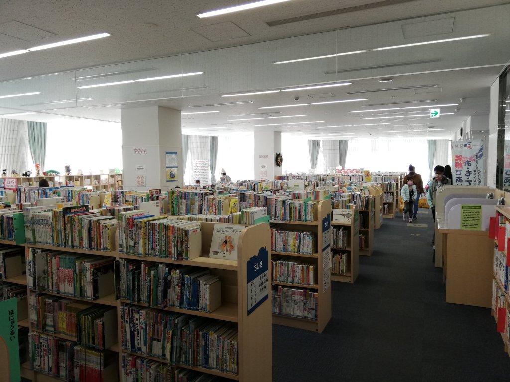 江戸川区立東部図書館の1階の本棚