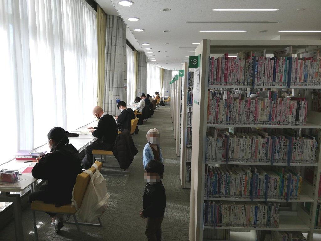 江戸川区立東部図書館の2階の本棚と自習スペース