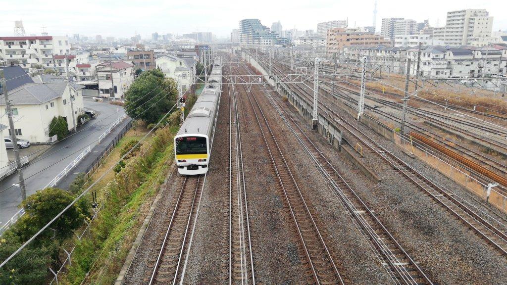 上一色陸橋の上から見えるJR総武線の電車