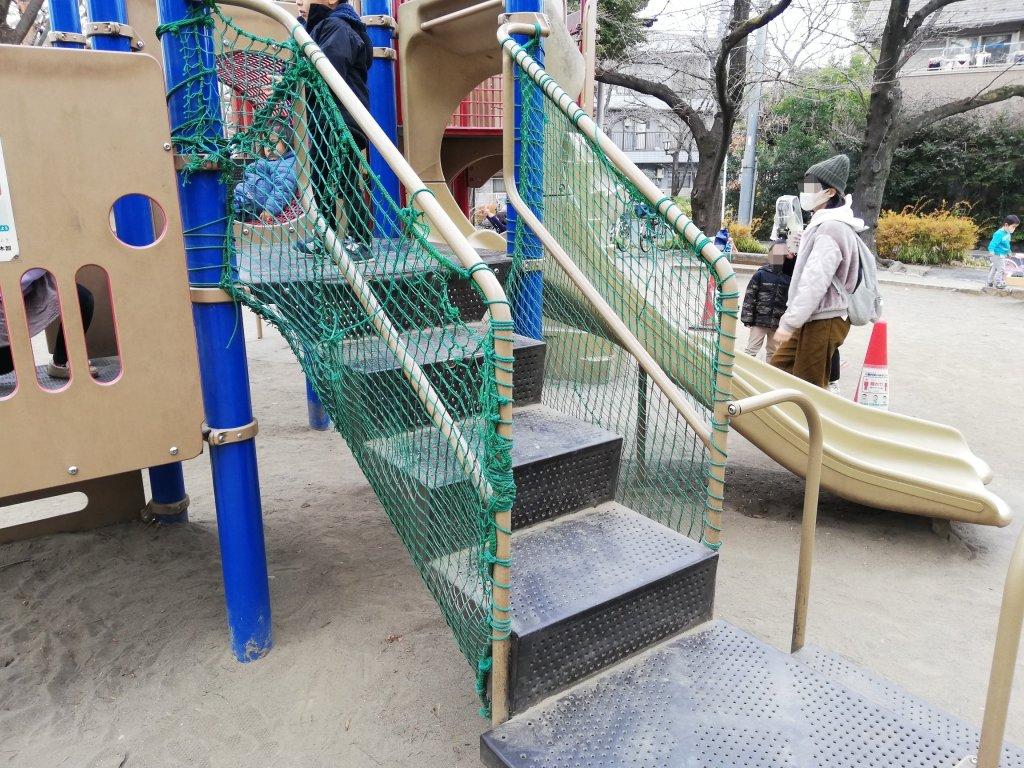 中央森林公園の遊具の階段