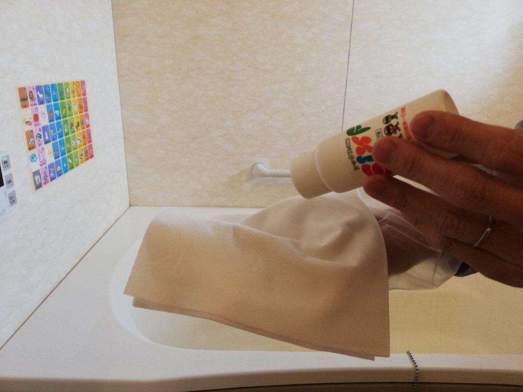 お風呂用コーティング剤を浴槽に塗布していきます