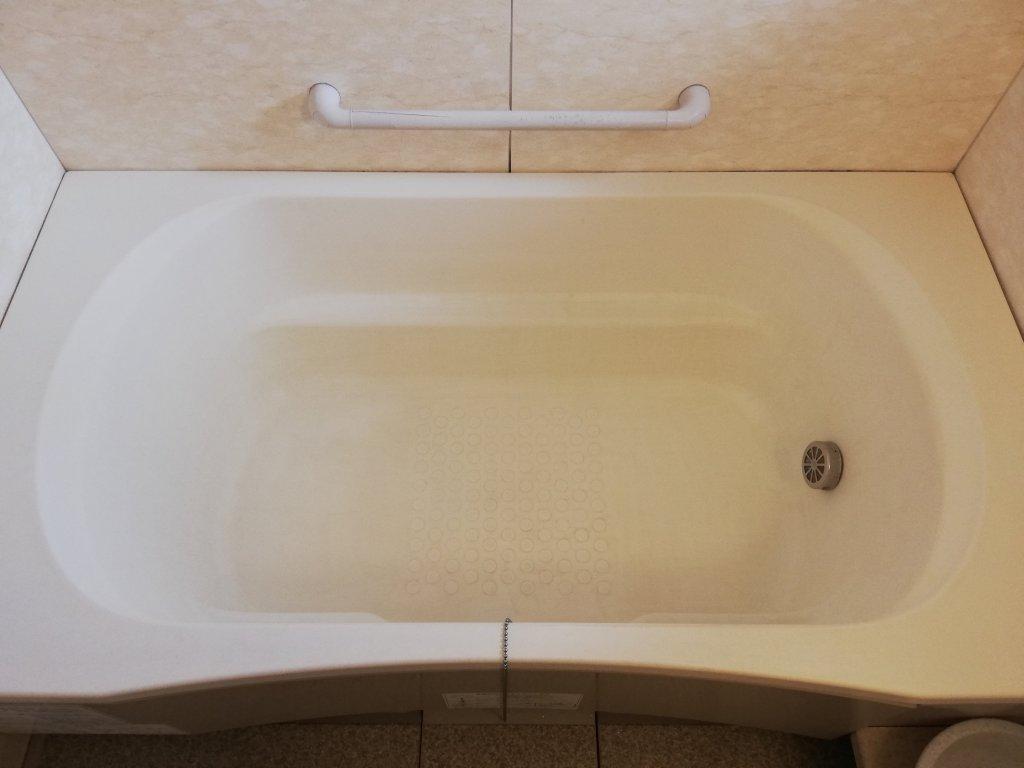 赤いシミや黒ずみを落とした浴槽