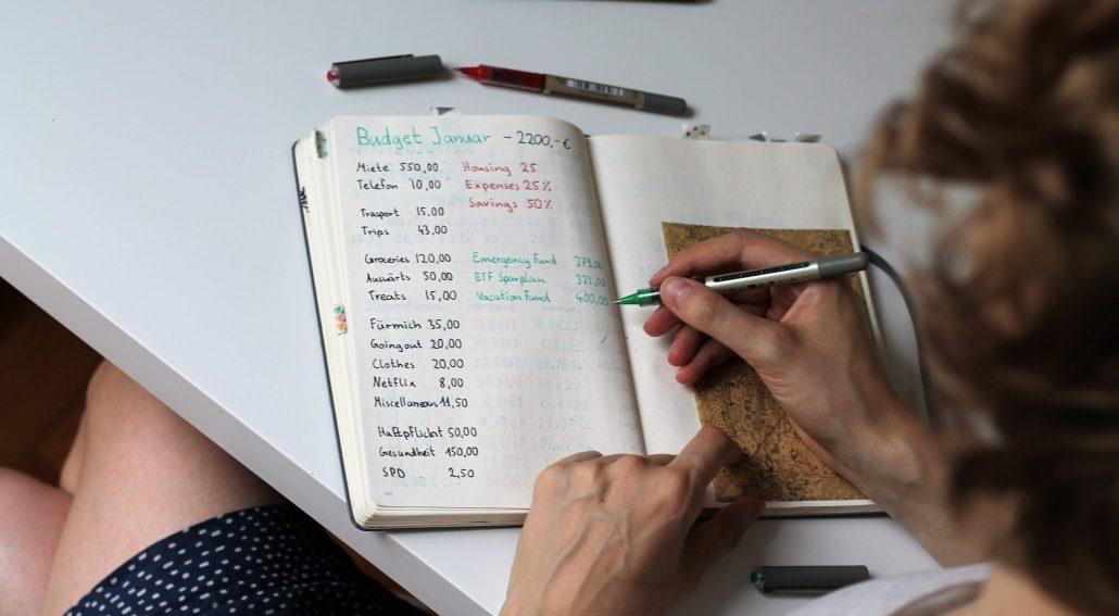 Mit wenig Geld leben: Wie sparen lernen?