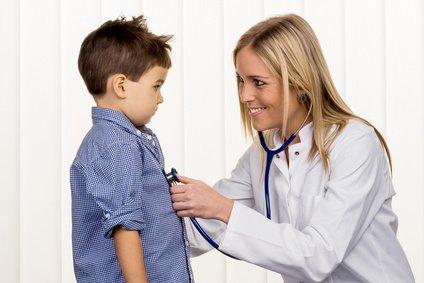 Gesetzliche und Private Krankenversicherung Ärztin und kleiner Junge